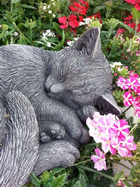 Katze Minka schlafend aus Steinguss