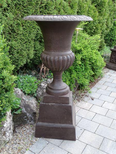 Gusseisen Vase braun auf Sockel