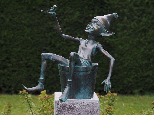 Bronzefigur Kobold sitzend