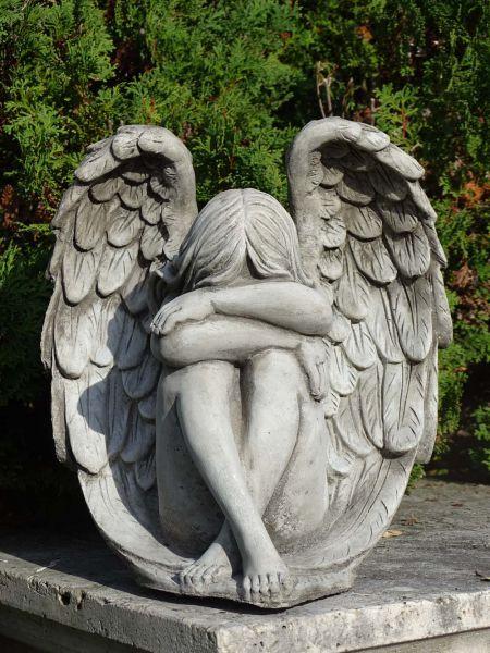 Engel in Flügel aus Steinguss