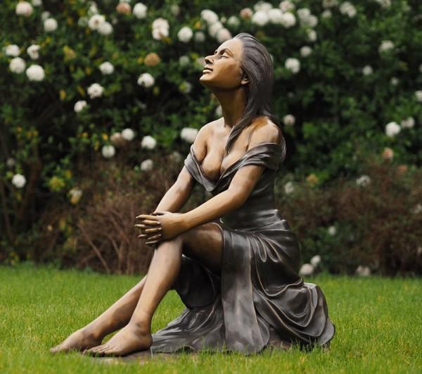 Bronzefigur Frau sitzend