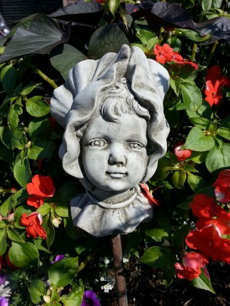 Blumenkind aus Steinguss