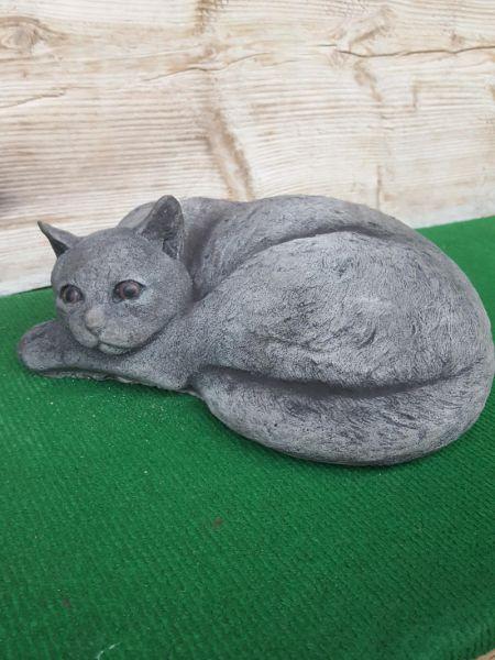 Katze liegend aus Steinguss