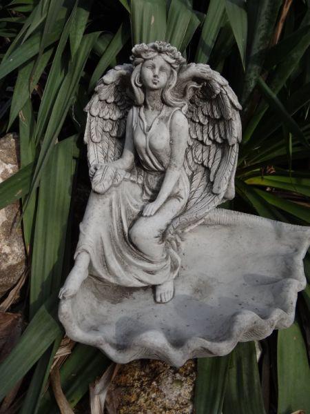 Engel mit Schale aus Steinguss
