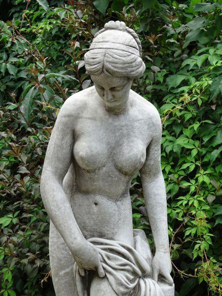 Gartenfigur Badende Frau aus Steinguss