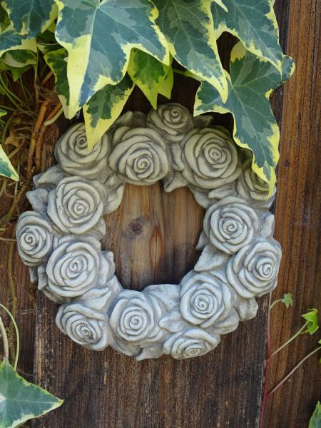 Blumenkranz Wandrelief aus Stein