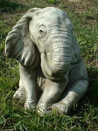 Elefant sitzend Rüssel unten