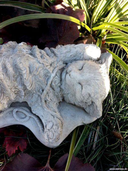 Spielende Katze Maya aus Steinguss