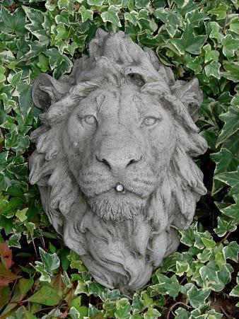 Löwenkopf wasserspeiend aus Steinguss
