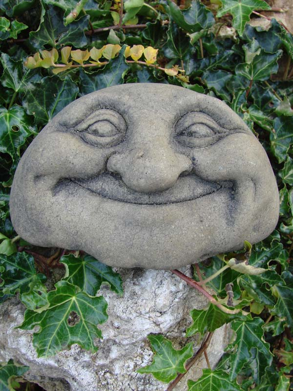 Lebender stein lucky gartengeist oder steingesicht aus for Gartenfiguren stein