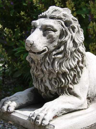 Steinfigur Löwe liegend