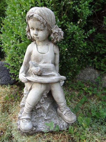 Steinfigur Mädchen mit Vogel