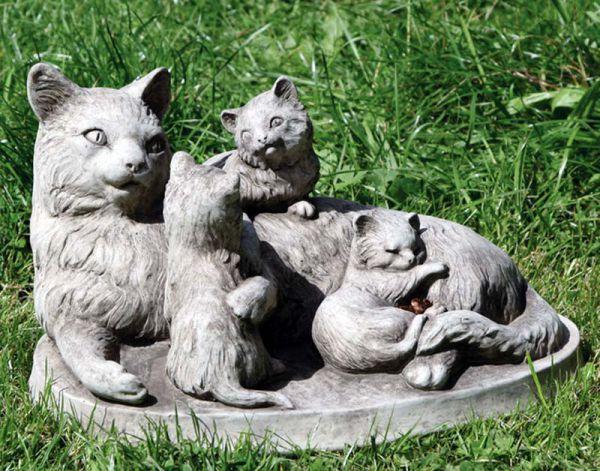 Katzenfamilie aus Steinguss