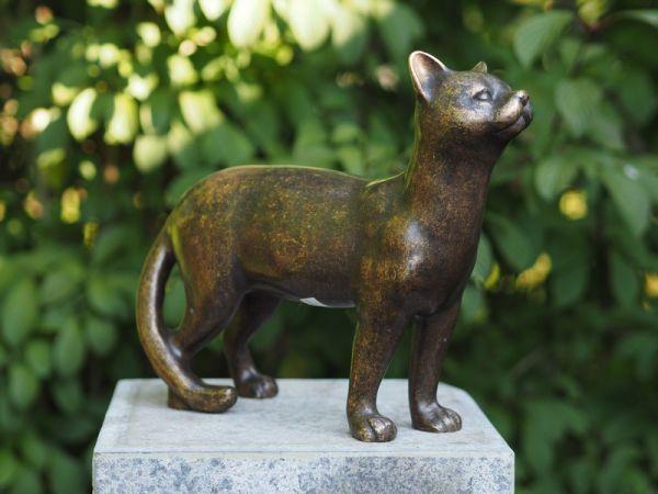 Katze stehend aus Bronze gegossen