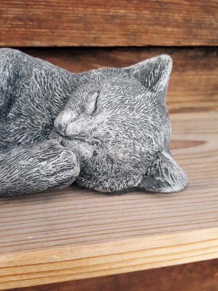 Kleines Kätzchen aus Steinguss