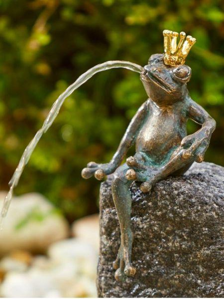 Bronzefigur Froschkönig Heiner aus Bronze wasserspeiend auch für Miniteiche geeignet