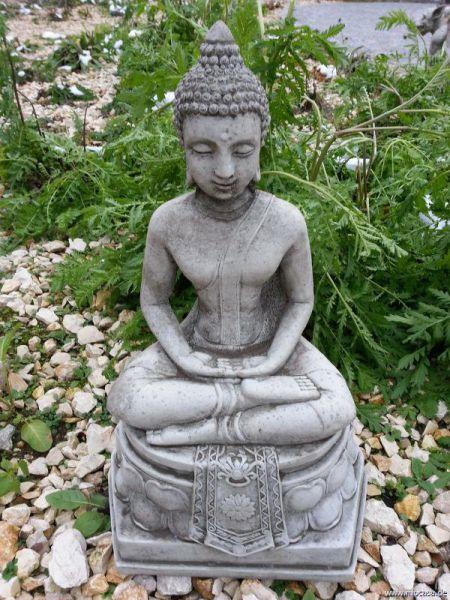 Buddha auf Sockel verziert