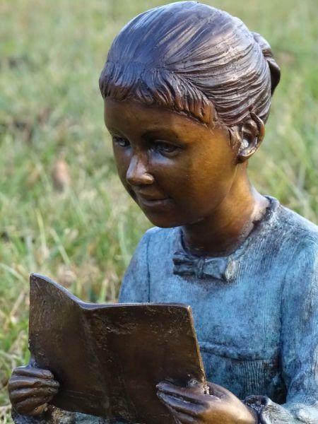 Bronzefigur Mädchen mit Buch