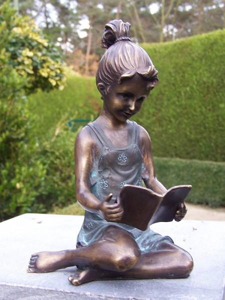 Bronzefigur Mädchen knieend mit Buch
