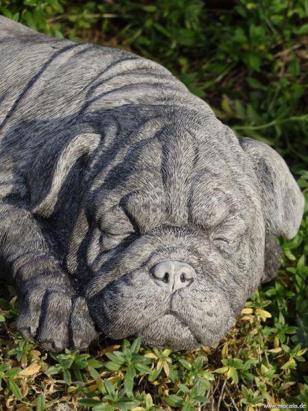 Hund Mops liegend aus Steinguss