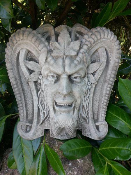 Teufelsmaske aus Steinguss