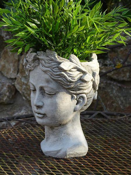 Mädchenbüste aus Stein zum Bepflanzen