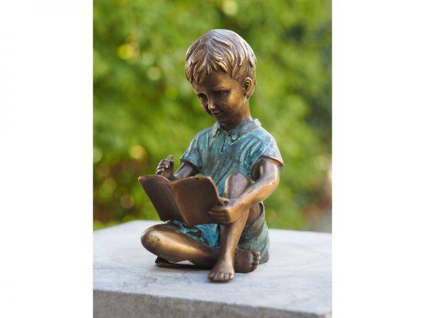 Bronzefigur Junge mit Malbuch