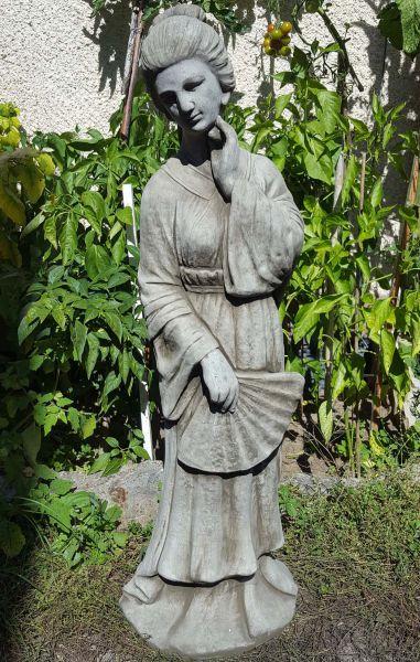 Gartenfigur Geisha stehend aus Steinguss