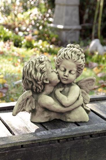 Engel küsst Elfe