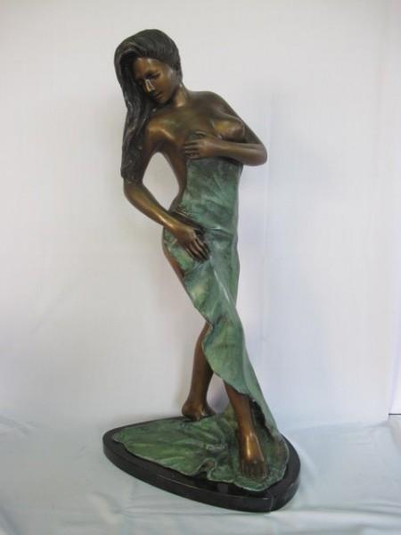 Frau mit Tuch Bronzefigur