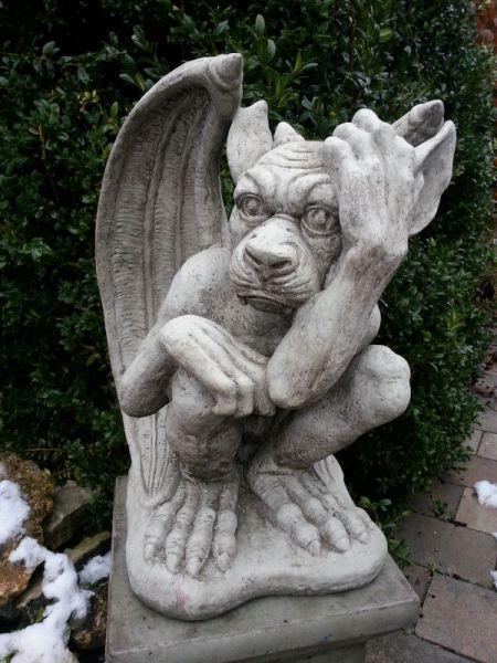 Gargoyle Hand auf Stirn groß