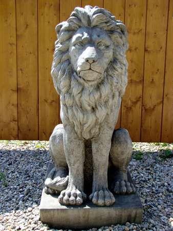 Gartenfigur Löwe aus Steinguss