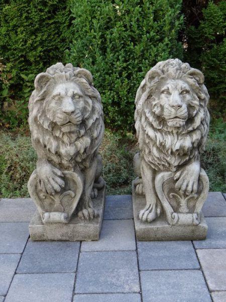 Löwen mit Schild aus Steinguss