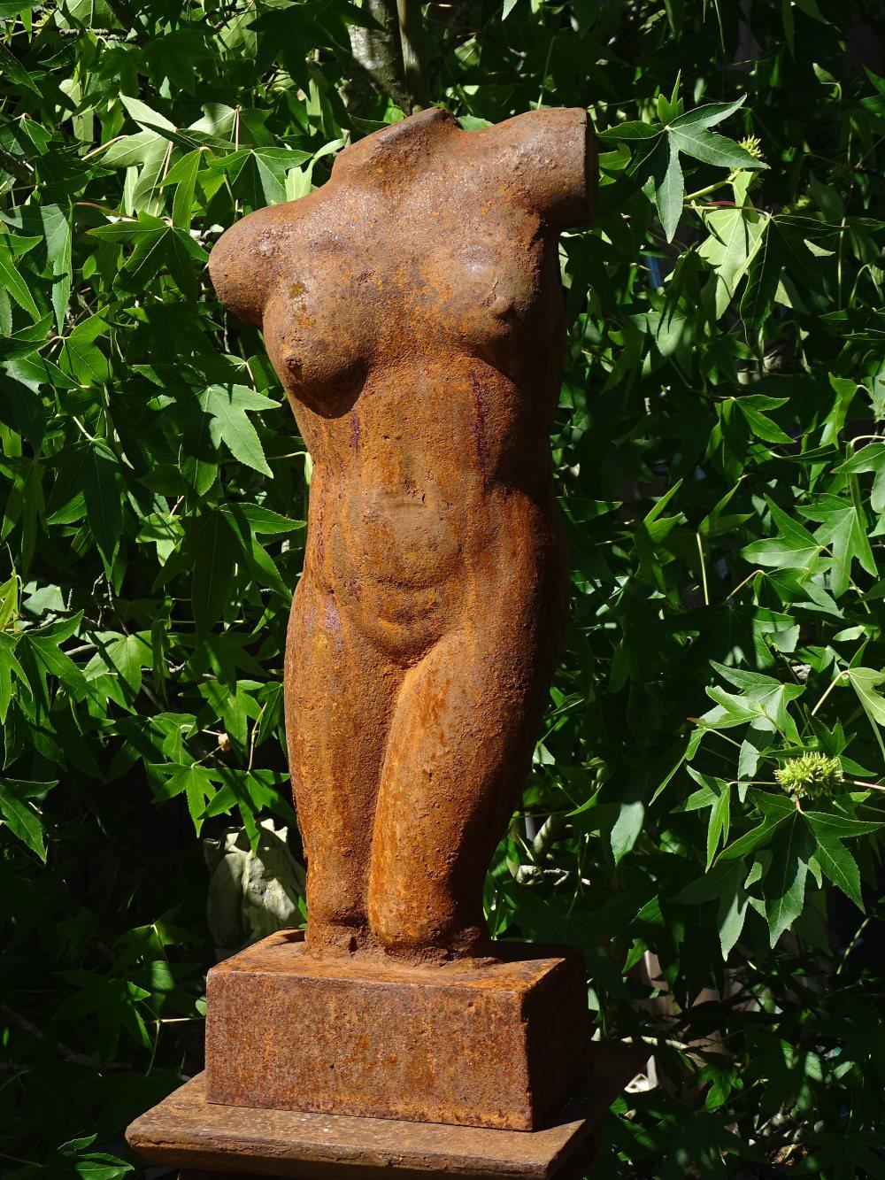 Gusseisenskulptur Weiblicher Torso Aus Eisenguss Rostig Steinfiguren Bronzefiguren Gusseisendeko Und Gartenfiguren