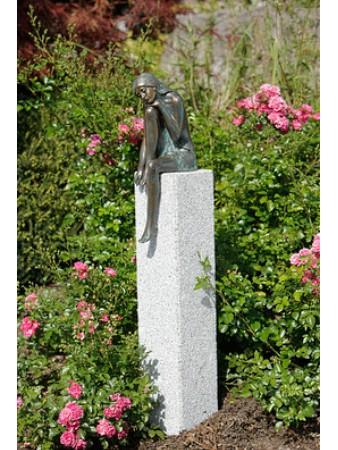 Bronzeskulptur Emanuelle auf Granitstele