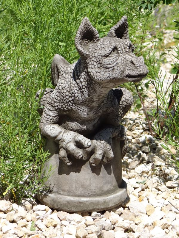 Drache buddy designed by fiona jane scott aus massivem for Gartenfiguren aus steinguss