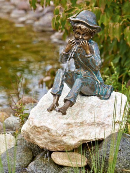 Bronzefigur Till mit Mundharmonika