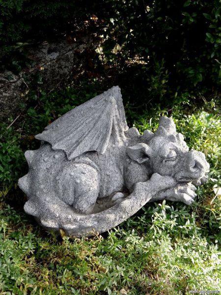 Drache schlafend aus englischem Antiksteinguss