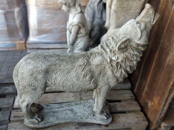 Steinfigur heulender Wolf