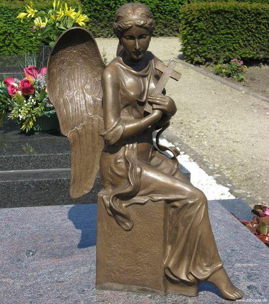 Engel mit Kreuz aus Bronze sitzend