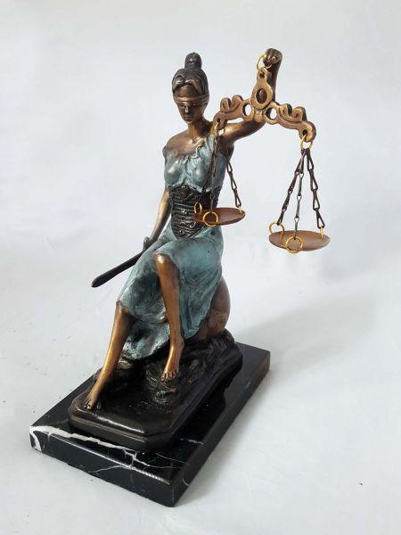 Justitia Bronzefigur auf Marmorsockel