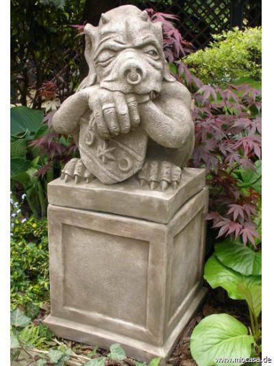 Schild Gargoyle auf Sockel (Fiona Scott - Devonshire Gartenfigur)