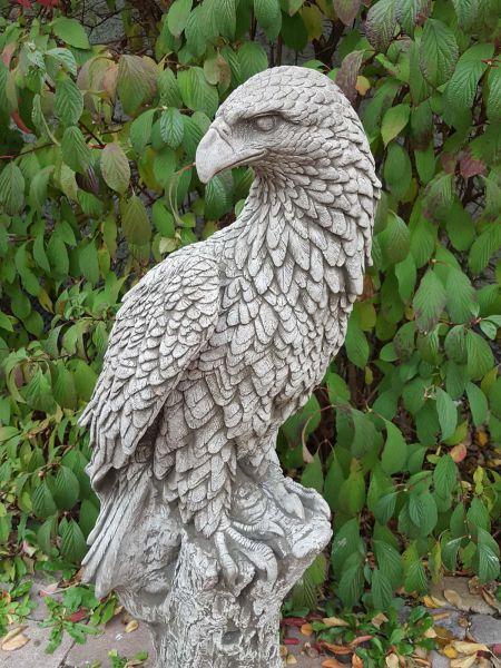Steinfigur Adler auf Baumstamm