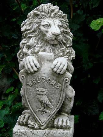 Löwe Steinguss mit Schild