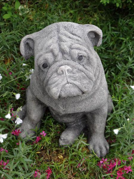 Hundefigur Mops Hund sitzend aus Steinguss