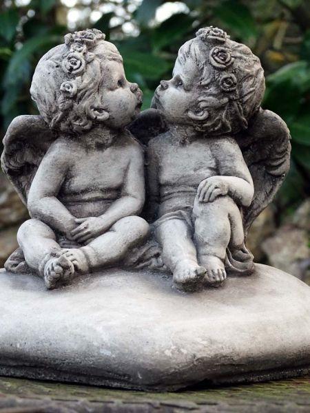 Engel Kinder aus Steinguss auf Herz