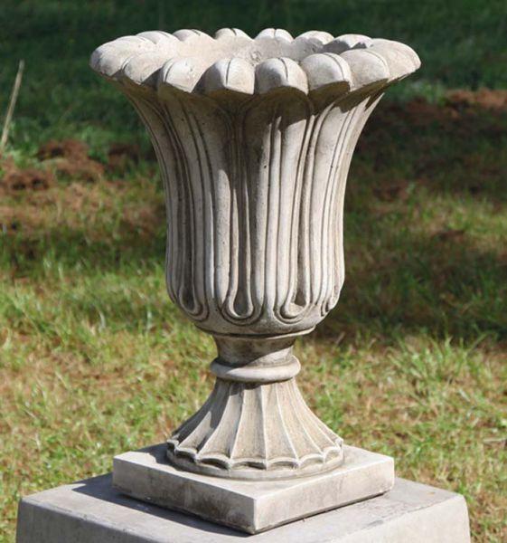 Small Fluted Urn Vase aus Steinguss