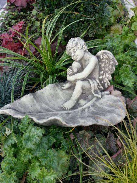 Vogeltränke Engel Junge