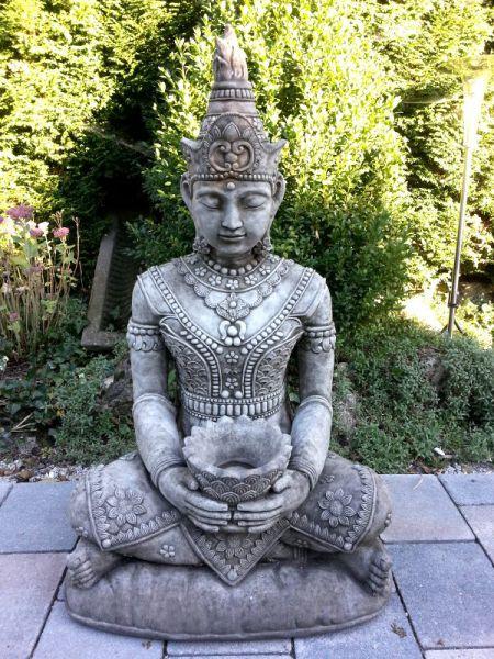 Lotus Buddha sitzend aus Steinguss