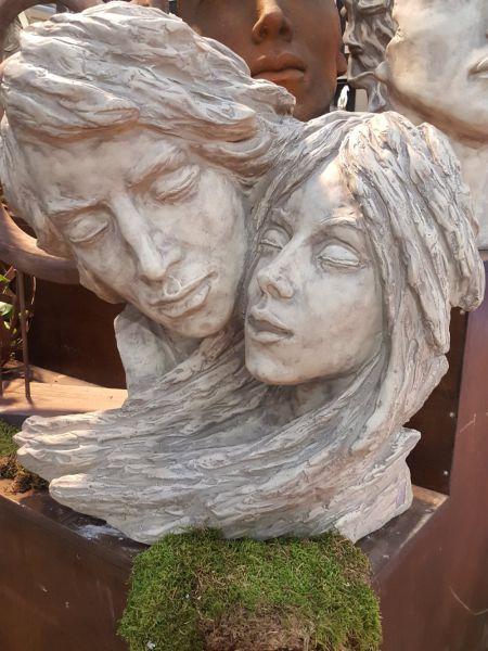 Gesichterpaar Mann und Frau aus Steinguss